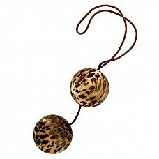 Леопардовые вагинальные шарики DUOTONE BALLS  Вагинальные шарики со смещенным центром тяжести на нейлоновой нити. Шарики из гладкого пластика леопардового цвета, диаметр 3,5 см.