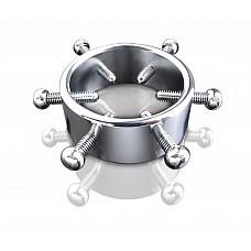 Регулируемый зажим-кольцо на пенис  потрясающий аксессуар для любителей жестких игр. Зажим особенно проявит свои достоинства, если вы поэкспериментируете с его температурой: охладите или подогреете перед тем, как надеть на пенис. Изготовлен из гиппоаллергенного металла высочайшего качества, который легко моется. Упакован в роскошный металлический чемоданчик.