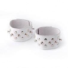 Напульсники белые с шипами и заклепками 3057-3  Изготовлены из натуральной кожи.