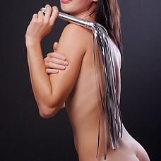 Плеть гладкая (флоггер) серебристая с жесткой рукоятью общей длиной 65 см 5017-6  Гладкая плеть (флоггер) изготовлена из искусственной кожи.
