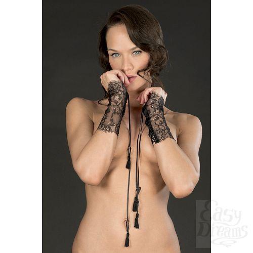 Фотография 1:  Ажурные чёрные наручники-манжеты VILLA SATINE  на шнуровке